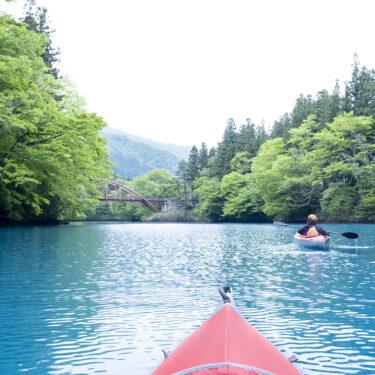 四万湖(しまこ)レイクカヌーで、コバルトブルーの水面に溶け込む体験を